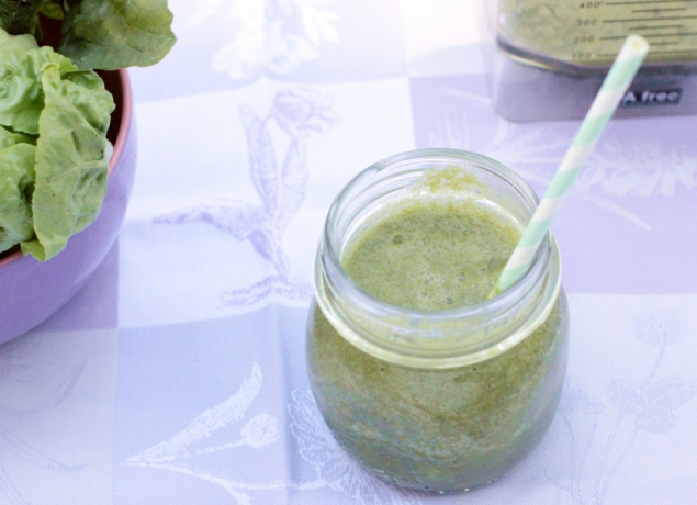 Green Smoothie with spinach and salad