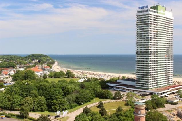 View on the beach with the Maritim Hotel in Travemünde, Schleswig-Holstein/Germany
