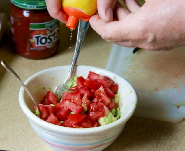guacamole in the make