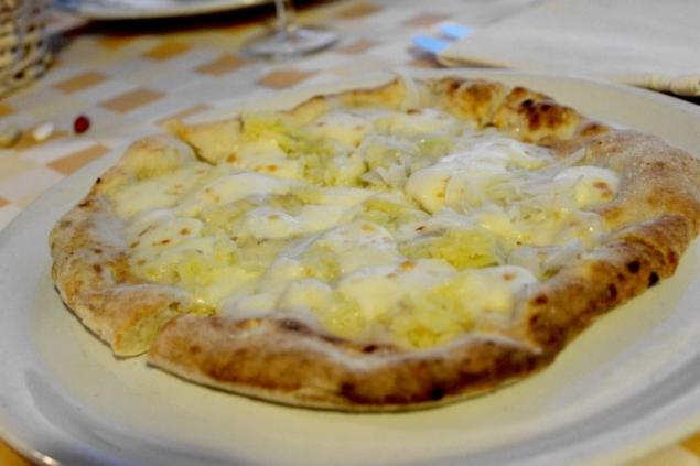 Pizza with potatoes, onions and gorgonzola, Restaurant Da Peppina di Renato, Forio d'Ischia/Naples, Campagna/Italy